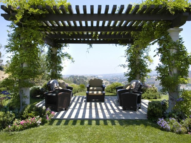 A Pergola can take form of a green space if you decorate it with vines and flowers growing around it. Green plants will create shade and your pergola will ... & Modern Pergola Design Ideas
