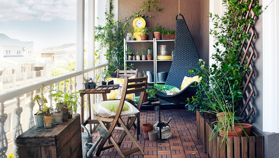 Balcony decorating ideas 10 things to buy for a balcony for Balcony garden design ideas
