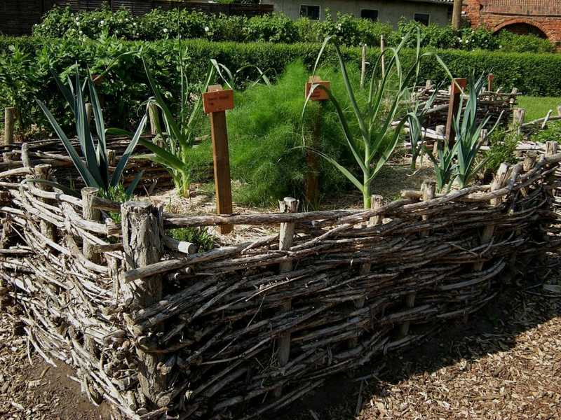 18 great raised bed ideas raised bed gardening balcony for Garden bed fence ideas