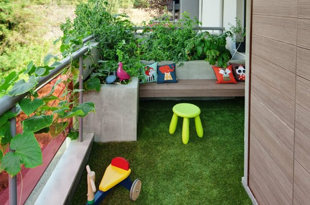 Charmant Opt For Artificial Grass For Your Balcony Garden.