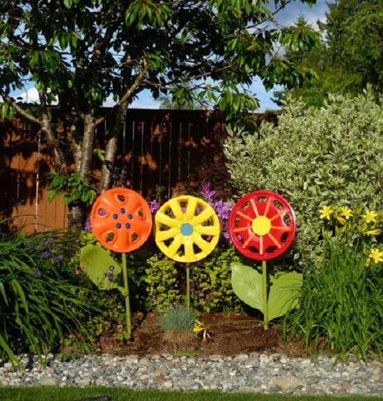 31 diy garden ornaments projects to beautify your garden balcony combine spare hubcaps and some vibrant paint colors to make these diy hubcap flowers heres the tutorial solutioingenieria Images