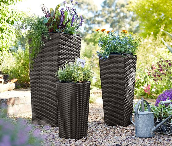 Railing planters turn your porch or deck into a garden! Our diverse selection includes options for narrow railings as well as wide deck rails. Gardener's Supply.